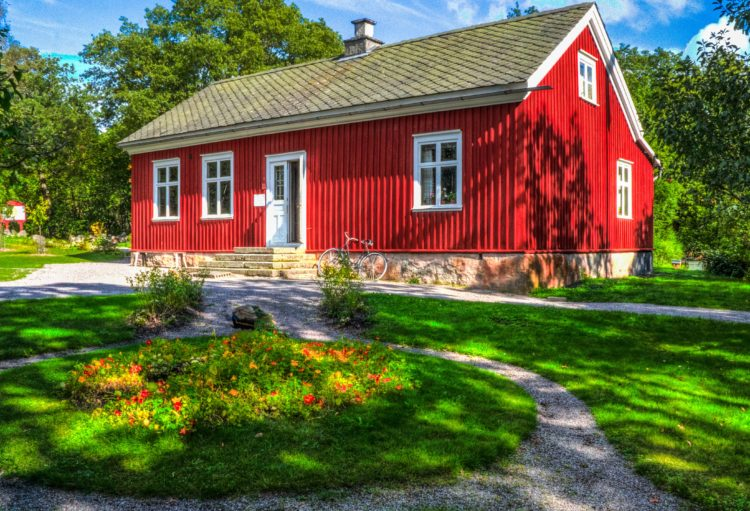 Typical Swedish house (photo: Michelle Maria, Pixabay)