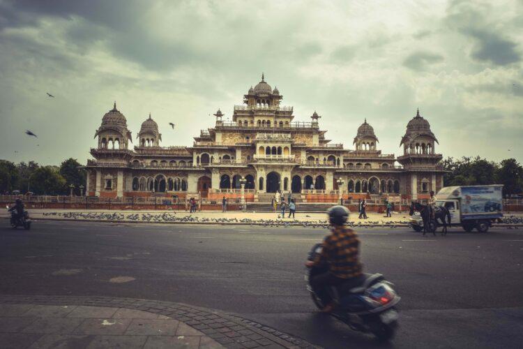 On the road in Jaipur (photo: AdventureTravelTrip, Pixabay)