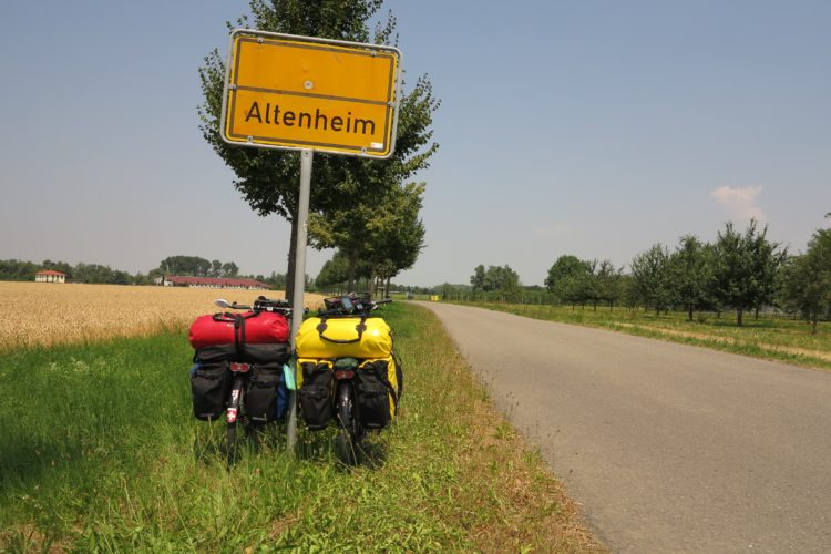 Bicycle touring in Germany (photo: MissVip, Pixabay)