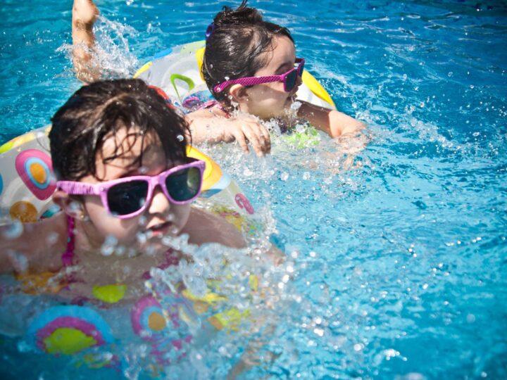 Kids swimming in a pool (photo: Juan Salamanca, Pexels)