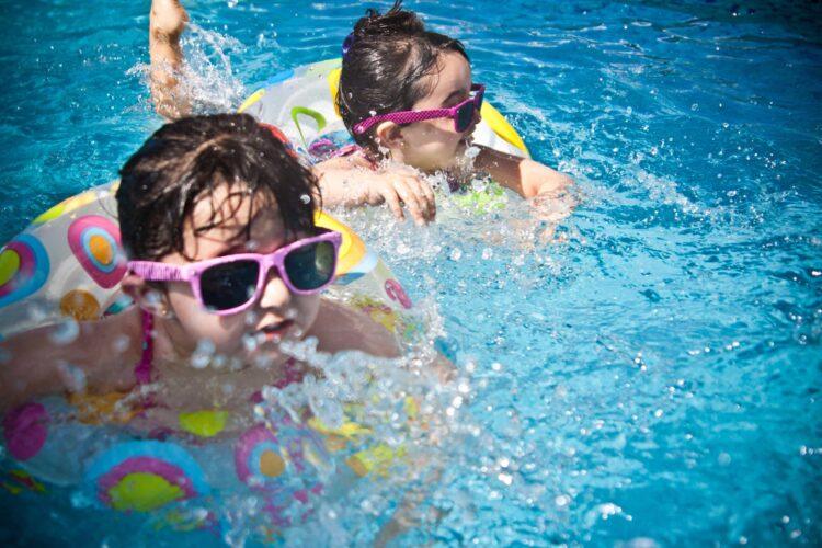 Swimming pools can be part of a kid-friendly hotel (photo: Juan Salamanca, Pexels)