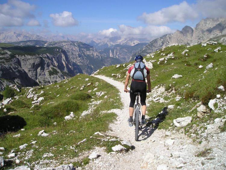Mountain biking in the Italian Dolomites (photo: Simon Steinberger, Pixabay)