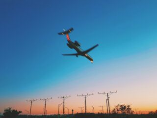 Plane landing at Chicago O'Hare International Airport (photo: Paul Bienek, Unsplash)