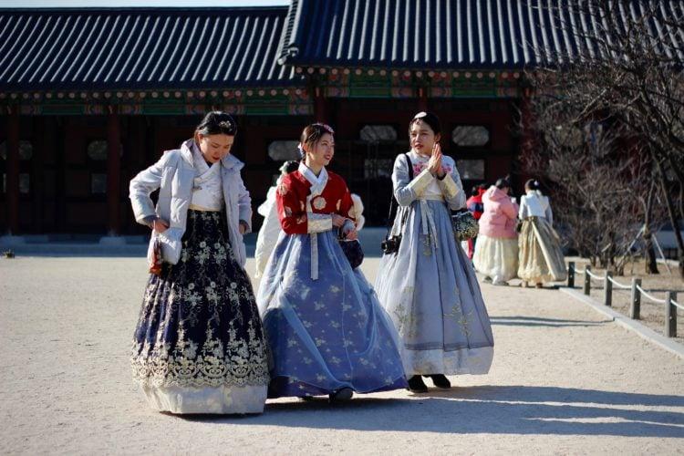 Korean women (photo: Kseniya Petukhova, Unsplash)