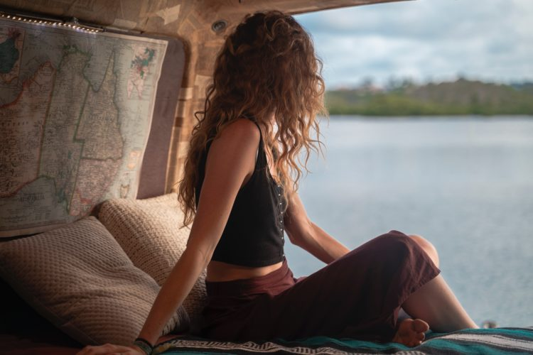 Woman traveling in Australia (photo: Nicole Geri, Unsplash)