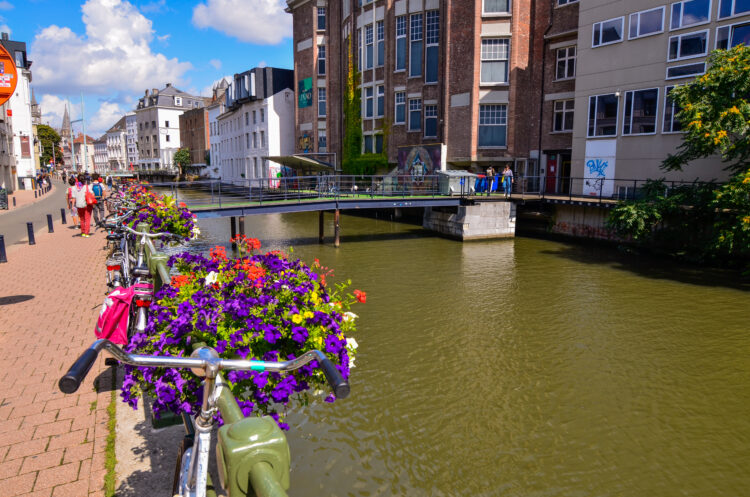 Bicycles and flowers along a canal (photo: Massimo Parisi)