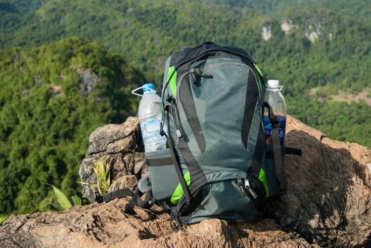 Backpack and water (photo: Lukas Kurth, Pixabay)