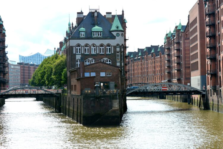 Hamburg canal (photo: fsHH, Pixabay)