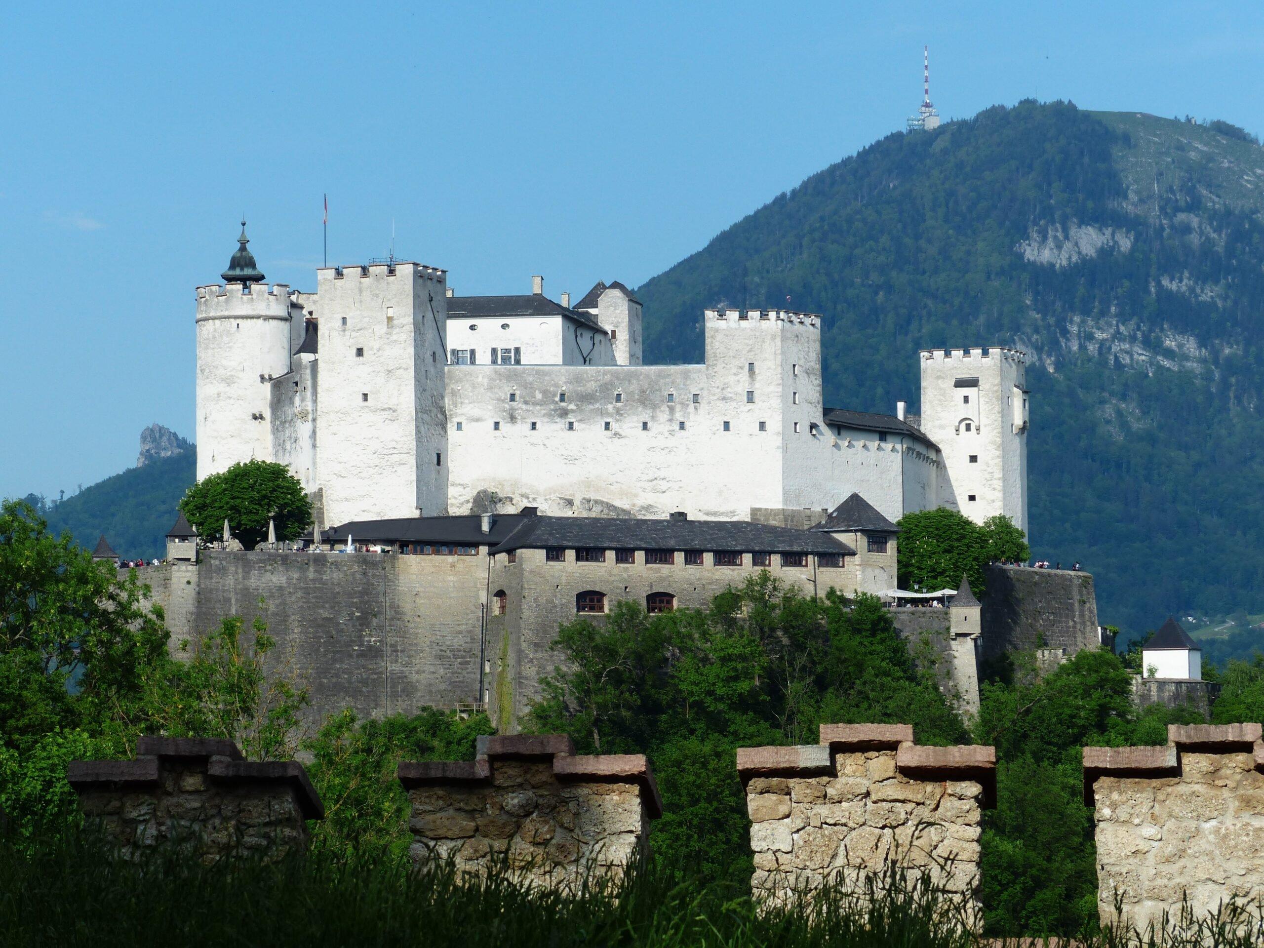 Hohensalzburg Castle with Gaisberg mountain in background (photo: Hans Braxmeier, Pixabay)