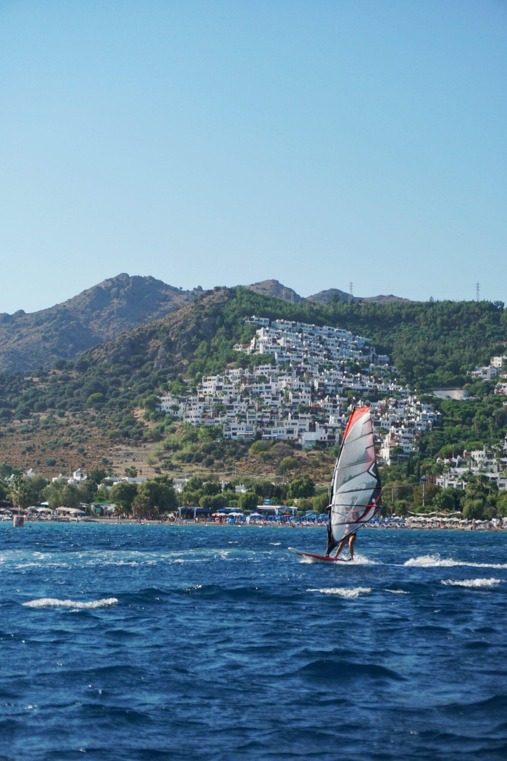 Windsurfing (photo: Keo Oran, Unsplash)