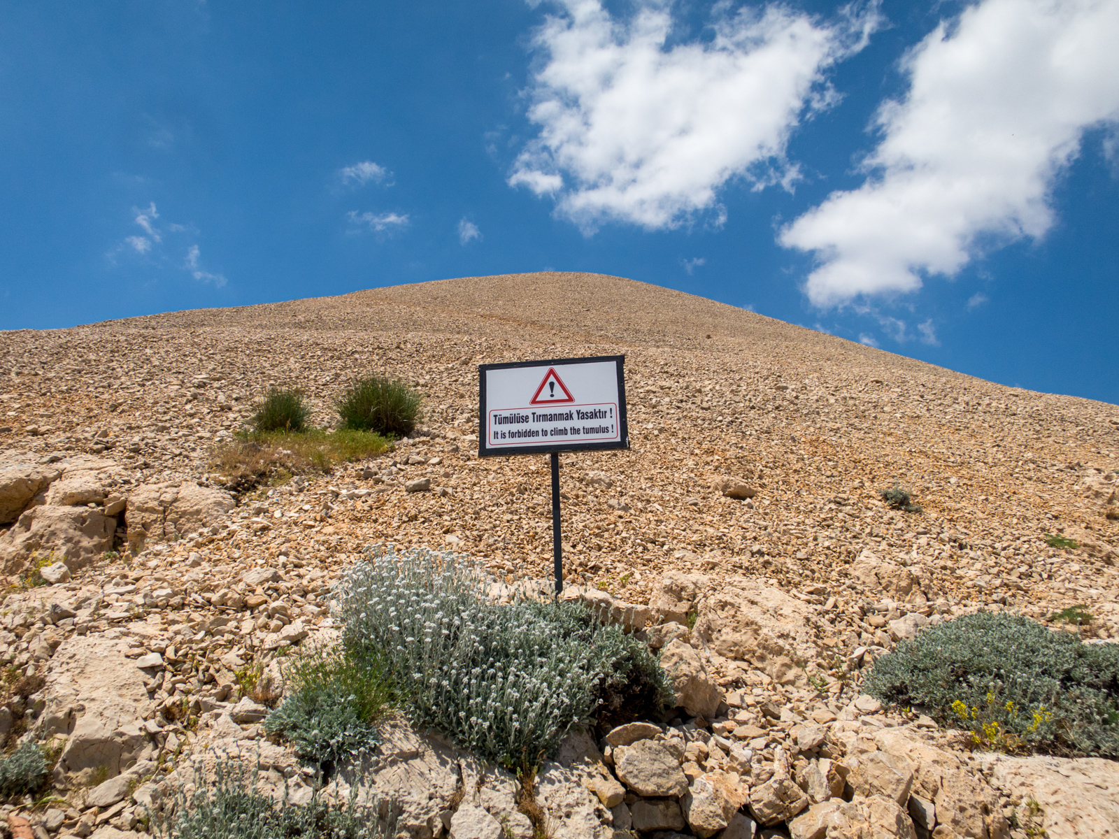 A warning against climbing on the tumulus