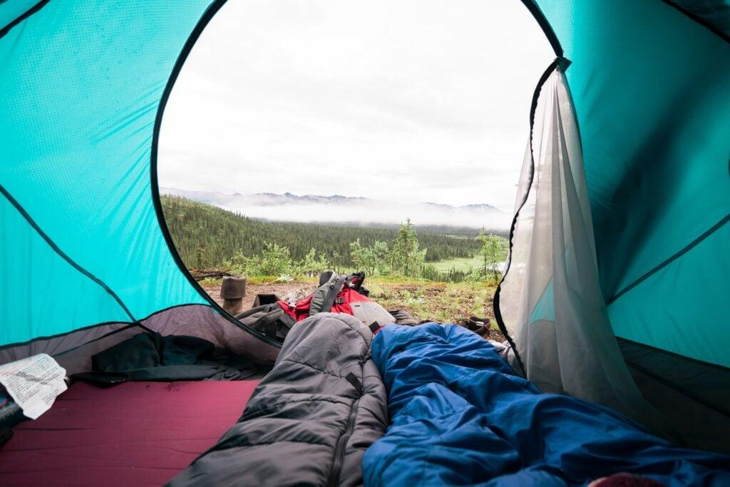 Slaapzak in tent (foto: Unsplash)